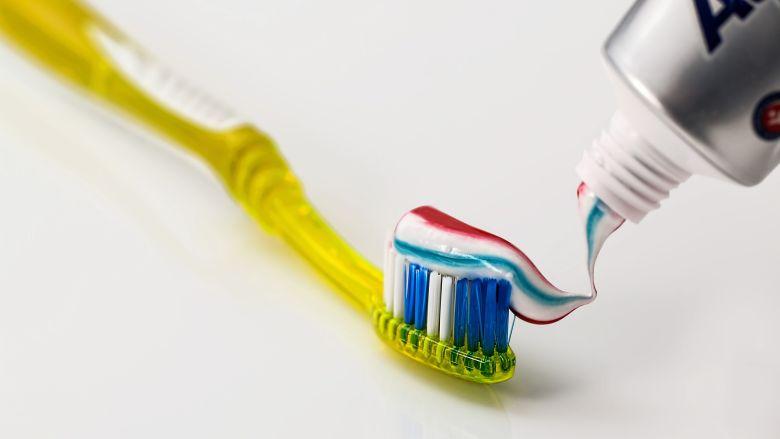 Kleurstof in tandpasta blijkt schadelijk voor gezondheid